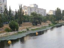 Camine a lo largo del río en la ciudad de Kiev imagen de archivo libre de regalías