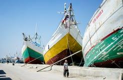 Camine a través de las naves tradicionales grandes, Sunda Kelapa Jakarta-Indonesia Imagen de archivo libre de regalías
