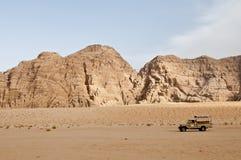 caminhão 4x4 no deserto - rum do barranco, Jordão Fotografia de Stock