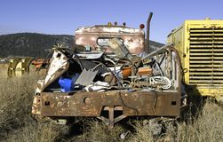 Caminhão abandonado com sucata fotografia de stock royalty free