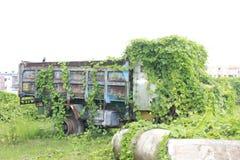 Caminhão abandonado do abandono no lado da terra foto de stock