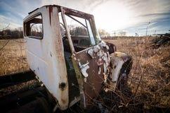 Caminhão abandonado em um campo Fotos de Stock