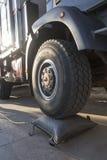 Caminhão alto da roda com um airbag Imagens de Stock Royalty Free
