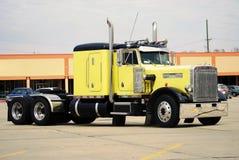 Caminhão amarelo Imagens de Stock