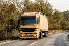 Caminhão amarelo em uma estrada fotos de stock royalty free
