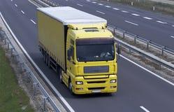 Caminhão amarelo na estrada Imagens de Stock Royalty Free