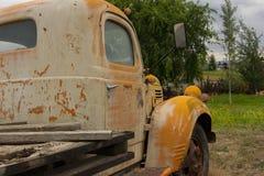 Caminhão amarelo velho imagem de stock royalty free