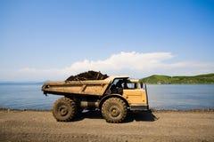 Caminhão & mar de descarga fotografia de stock royalty free
