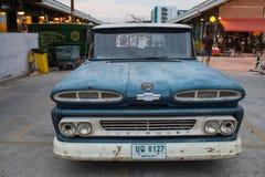 Caminhão azul de Chevrolet do vintage velho no mercado da noite, Srinakarin roa Imagem de Stock Royalty Free