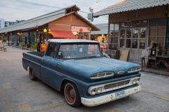 Caminhão azul de Chevrolet do vintage velho no mercado da noite, Srinakarin roa Imagens de Stock Royalty Free