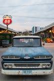 Caminhão azul de Chevrolet do vintage velho no mercado da noite, Srinakarin roa Fotografia de Stock Royalty Free