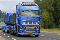 Caminhão azul novo da mostra de Volvo FH na estrada Imagens de Stock