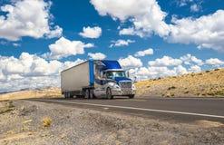 Caminhão azul que move sobre uma estrada fotos de stock royalty free