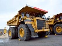 Caminhão basculante pesado para o transporte dos bens em uma pedreira Fotografia de Stock