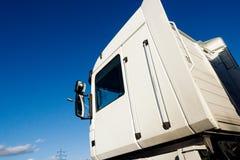 Caminhão branco da carga que entrega a cabine dos bens contra o céu azul imagens de stock