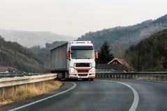 Caminhão branco em uma estrada imagens de stock