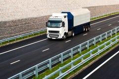 Caminhão branco na estrada asfaltada Fotos de Stock