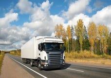 Caminhão branco na estrada do país sob o céu azul Imagens de Stock Royalty Free