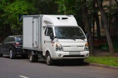 Caminhão branco na rua fotos de stock