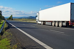 Caminhão branco que conduz na estrada uma paisagem rural foto de stock