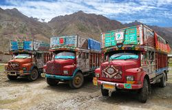 Caminhão colorido em Himalayas indianos Foto de Stock Royalty Free