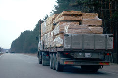 Caminhão com carga vista da madeira mim Fotografia de Stock Royalty Free