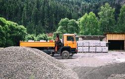 Caminhão com materiais de construção em uma floresta no ar livre foto de stock