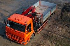 Caminhão com o guindaste de controle remoto na estrada fotos de stock royalty free