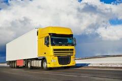Caminhão com o reboque que conduz na estrada Imagens de Stock