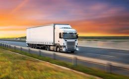 Caminhão com o recipiente na estrada, conceito do transporte da carga fotografia de stock royalty free