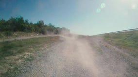 Caminhão com poeira em sua parte traseira filme