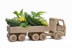 Caminhão com polpa pattypan e polpa Brinquedo de madeira do ` s das crianças fotografia de stock