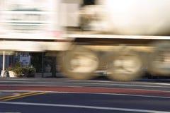 Caminhão comercial no movimento fotografia de stock
