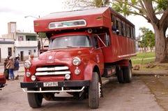 Caminhão convertido aos passageiros do transporte em Cuba imagem de stock