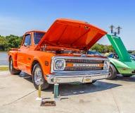 Caminhão 1969 curto do lado da etapa da cama de Chevy C/10 da laranja da tangerina imagem de stock