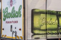 Caminhão da cerveja de Grolsch em Amsterdão o 2018 holandês fotos de stock royalty free