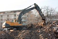 Caminhão da demolição na ação. Demolição de um bloco de planos velho. Foto de Stock