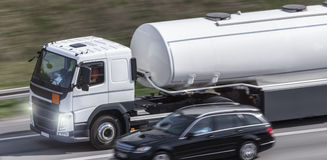 Caminhão da gasolina na estrada fotos de stock