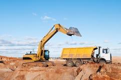 Caminhão da máquina escavadora e de descarregador fotografia de stock