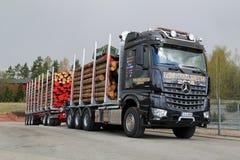 Caminhão da madeira de Mercedes-Benz Arocs 3263 LK 8x4 Foto de Stock Royalty Free