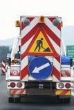 Caminhão de ajuda da segurança na estrada do sinal de tráfego rodoviário Fotografia de Stock Royalty Free