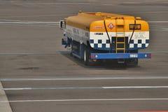 Caminhão de combustível do aeroporto Imagem de Stock