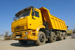 Caminhão de descarga amarelo imagens de stock