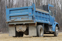 Caminhão de descarga azul fotos de stock