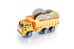 Caminhão de descarga com dinheiro imagens de stock