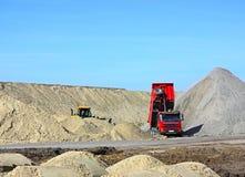 Caminhão de descarga e escavadora Fotografia de Stock Royalty Free