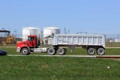 Caminhão de descarga na estrada Fotos de Stock Royalty Free