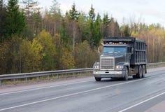 Caminhão de descarga na estrada de   fotos de stock royalty free