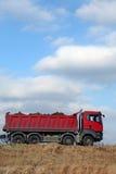 Caminhão de descarga vermelho fotografia de stock royalty free
