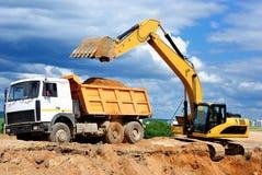 Caminhão de descarregador do carregamento da máquina escavadora Imagens de Stock Royalty Free